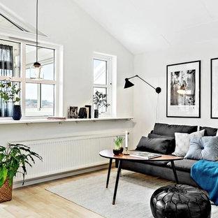 Immagine di un soggiorno scandinavo di medie dimensioni con pareti bianche e parquet chiaro