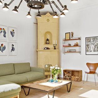 Exempel på ett mellanstort eklektiskt separat vardagsrum, med vita väggar, ljust trägolv, en öppen vedspis, en spiselkrans i trä och beiget golv