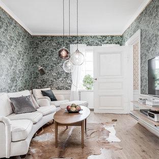 Bild på ett vintage separat vardagsrum, med ett finrum, gröna väggar, ljust trägolv, en väggmonterad TV och beiget golv
