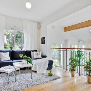 Inredning av ett klassiskt mellanstort separat vardagsrum, med vita väggar och ljust trägolv