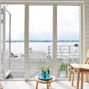 Idee per un soggiorno scandinavo di medie dimensioni e aperto con pareti bianche e parquet chiaro