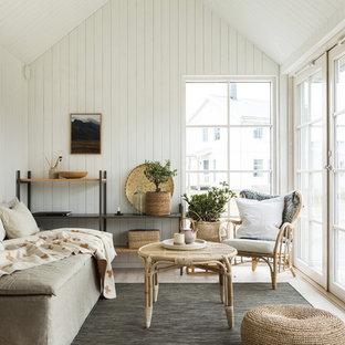Foto på ett litet skandinaviskt vardagsrum, med beiget golv