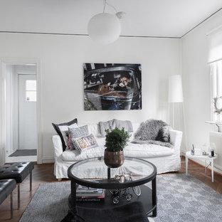 Inredning av ett nordiskt mellanstort separat vardagsrum, med vita väggar, ett finrum, mellanmörkt trägolv och brunt golv
