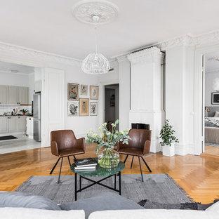 Inspiration pour un très grand salon nordique ouvert avec une salle de réception, un mur blanc, un sol en bois brun, aucune cheminée et aucun téléviseur.