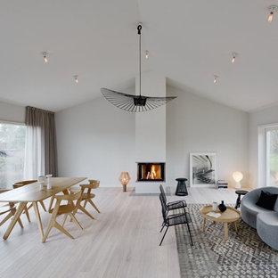 Idéer för mellanstora skandinaviska allrum med öppen planlösning, med ett finrum, vita väggar och ljust trägolv