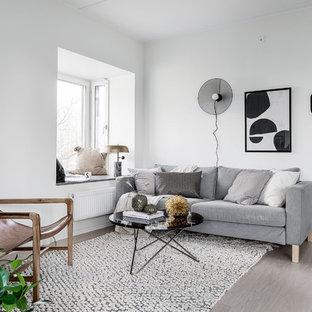 Idéer för ett mellanstort minimalistiskt allrum med öppen planlösning, med vita väggar och ljust trägolv
