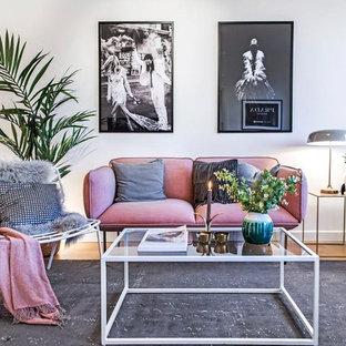 Inredning av ett minimalistiskt litet separat vardagsrum, med vita väggar och ljust trägolv