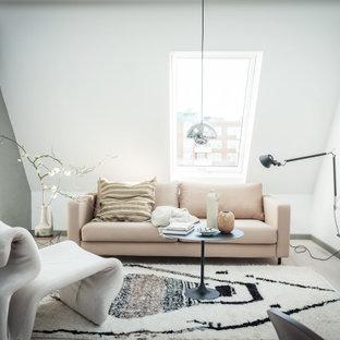 Idéer för ett mellanstort modernt vardagsrum, med vita väggar, ljust trägolv, en väggmonterad TV och beiget golv