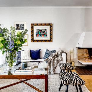Idéer för att renovera ett eklektiskt vardagsrum, med ett finrum, vita väggar och mellanmörkt trägolv