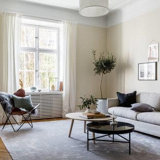 Inspiration för stora minimalistiska separata vardagsrum, med beige väggar, mellanmörkt trägolv, brunt golv och ett finrum