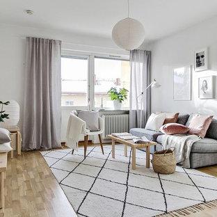 Idéer för att renovera ett nordiskt vardagsrum, med vita väggar, ljust trägolv och beiget golv