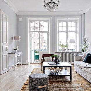Bild på ett mellanstort minimalistiskt separat vardagsrum, med grå väggar, ljust trägolv och beiget golv