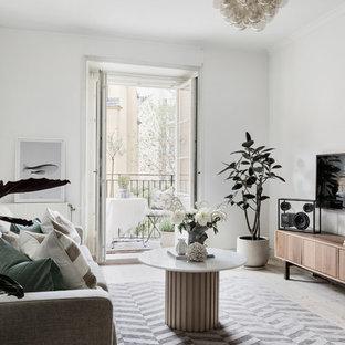 Inspiration för ett minimalistiskt vardagsrum, med vita väggar, ljust trägolv, en väggmonterad TV och beiget golv