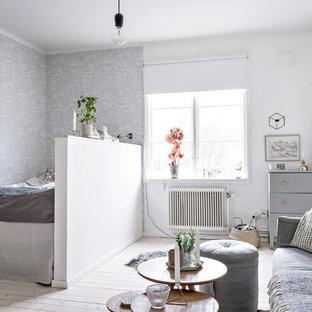 Idéer för ett litet nordiskt allrum med öppen planlösning, med vita väggar, ljust trägolv och beiget golv