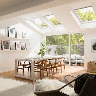 Idéer för att renovera ett stort nordiskt allrum med öppen planlösning, med ett finrum, vita väggar och ljust trägolv