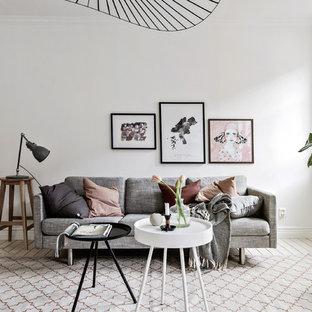 ヨーテボリの小さい北欧スタイルのおしゃれな独立型リビング (白い壁、淡色無垢フローリング、白い床) の写真