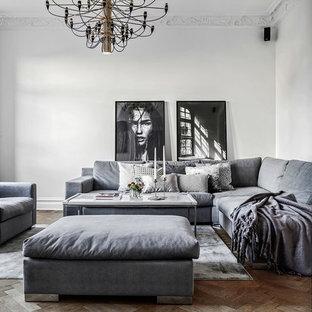 Nordisk inredning av ett mellanstort separat vardagsrum, med vita väggar, mellanmörkt trägolv, brunt golv och ett finrum