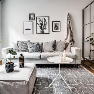 Idéer för ett litet skandinaviskt allrum med öppen planlösning, med vita väggar, mellanmörkt trägolv och brunt golv