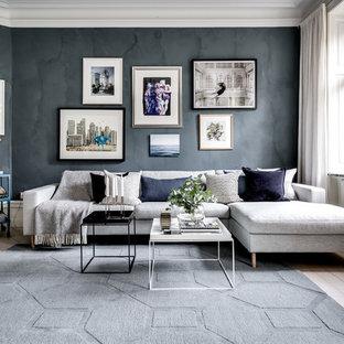 Inspiration för stora minimalistiska allrum med öppen planlösning, med ett finrum, svarta väggar, ljust trägolv och vitt golv