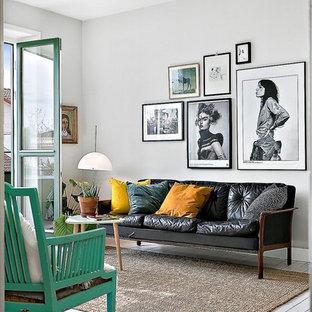 Modelo de salón para visitas abierto, ecléctico, sin chimenea y televisor, con paredes blancas y suelo de madera pintada