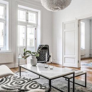 Foto på ett nordiskt allrum med öppen planlösning, med ett finrum, vita väggar, mellanmörkt trägolv och beiget golv