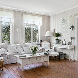 Idéer för att renovera ett shabby chic-inspirerat vardagsrum, med mellanmörkt trägolv och orange golv