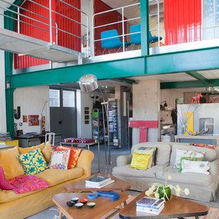 Foto di un ampio soggiorno boho chic aperto con pareti grigie e pavimento in cemento