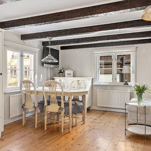 Inspiration för lantliga allrum med öppen planlösning, med vita väggar, mellanmörkt trägolv och brunt golv
