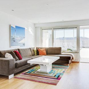 Inspiration för mellanstora moderna separata vardagsrum, med vita väggar och ljust trägolv