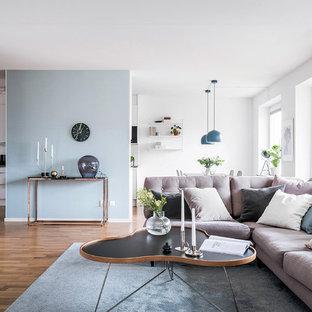 Idéer för att renovera ett nordiskt vardagsrum, med blå väggar, mellanmörkt trägolv och brunt golv