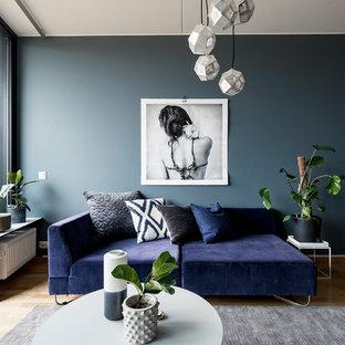 Inspiration för ett mellanstort funkis separat vardagsrum, med blå väggar och mellanmörkt trägolv