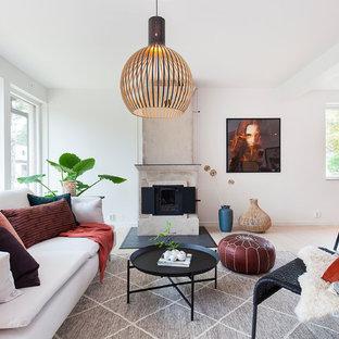 Idéer för att renovera ett mellanstort minimalistiskt allrum med öppen planlösning, med vita väggar, ljust trägolv och beiget golv