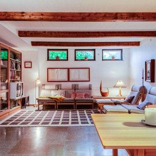 60 tals inredning av ett mellanstort separat vardagsrum, med vita väggar, en fristående TV och grått golv