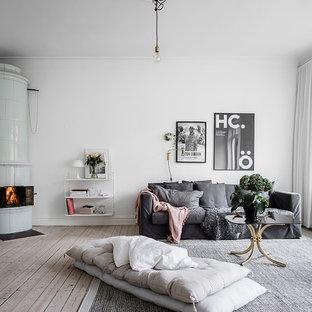 Inspiration för ett stort skandinaviskt separat vardagsrum, med vita väggar, ljust trägolv och en öppen vedspis