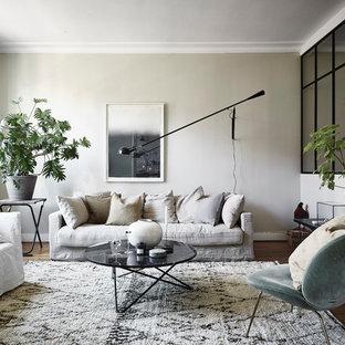 Minimalistisk inredning av ett mellanstort separat vardagsrum, med beige väggar och mörkt trägolv