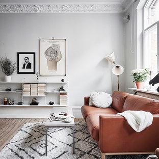 Exempel på ett mellanstort klassiskt allrum med öppen planlösning, med vita väggar, ljust trägolv och beiget golv