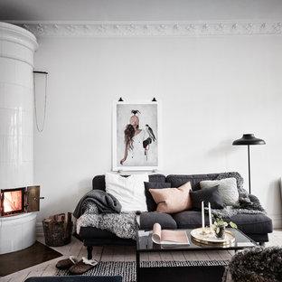Idéer för ett mellanstort minimalistiskt allrum med öppen planlösning, med ett finrum, vita väggar och ljust trägolv