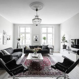 Foto på ett skandinaviskt separat vardagsrum, med grå väggar, ljust trägolv, en väggmonterad TV, ett finrum och beiget golv