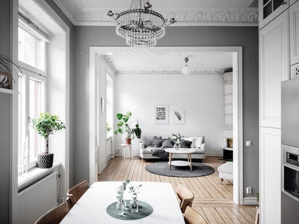 British Colonial Living Room by Entrance Fastighetsmäkleri