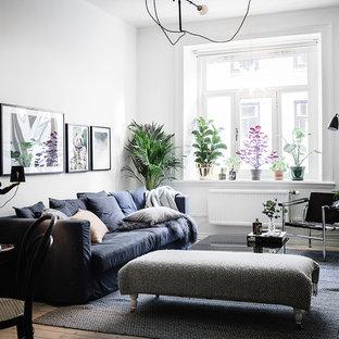 Exempel på ett litet minimalistiskt allrum med öppen planlösning, med vita väggar, ljust trägolv, beiget golv och ett finrum