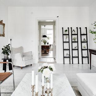 Idéer för ett mellanstort minimalistiskt allrum med öppen planlösning, med vita väggar och målat trägolv