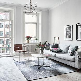 Inspiration för klassiska vardagsrum, med vita väggar, ljust trägolv och beiget golv
