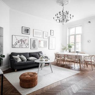 Inspiration för mellanstora nordiska allrum med öppen planlösning, med vita väggar, mellanmörkt trägolv, ett finrum och brunt golv