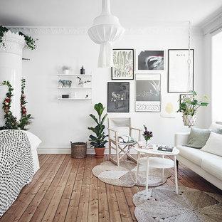 Bild på ett mellanstort vintage vardagsrum, med vita väggar, ljust trägolv, en öppen vedspis, en spiselkrans i trä och brunt golv