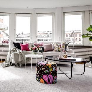 Idéer för att renovera ett stort vintage allrum med öppen planlösning, med vita väggar, heltäckningsmatta och grått golv