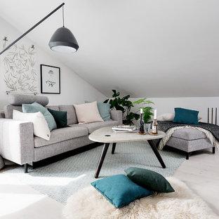 Nordisk inredning av ett mellanstort vardagsrum, med vita väggar och ljust trägolv