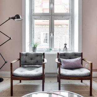 Esempio di un soggiorno nordico di medie dimensioni e aperto con sala formale, pareti rosa, parquet chiaro e nessuna TV