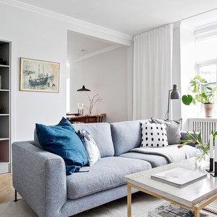Idéer för att renovera ett litet nordiskt separat vardagsrum, med vita väggar, ljust trägolv och beiget golv