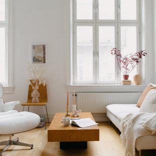 Bild på ett mellanstort skandinaviskt allrum med öppen planlösning, med ett finrum, vita väggar, ljust trägolv och beiget golv