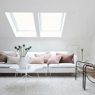 Bild på ett mellanstort nordiskt vardagsrum, med ett finrum, vita väggar och ljust trägolv